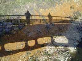 Sombra del puente y el fotógrafo sobre el río