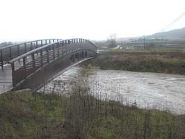 El nuevo puente sobre un río embravecido